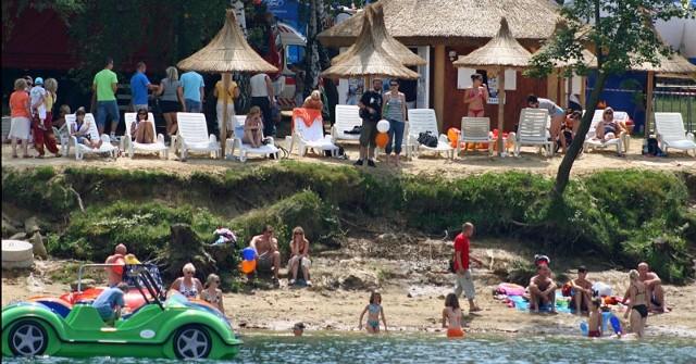 Ostatni weekend przyciągnął nad Solinę tłumy turystów. Plaża w Polańczyku