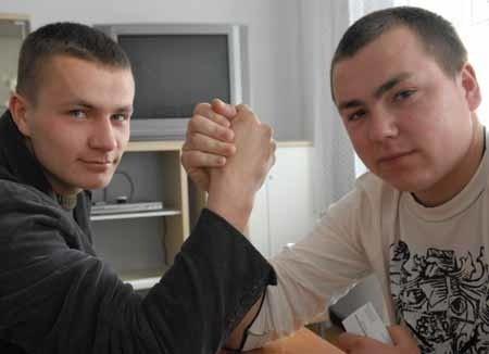 - Trzeba coś robić, bo od narzekania jeszcze nikt nie wyzdrowiał - uważa Damian Duber (z prawej) wespół z Łukaszem Pokorskim i innymi kolegami przygotowujący działalność Rady Edukacji Artystycznej