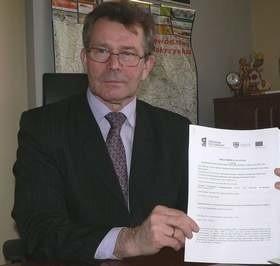 Burmistrz Piotr Wąsowicz prezentuje podpisaną 2 kwietnia preumowę na rewitalizację Buska Zdroju