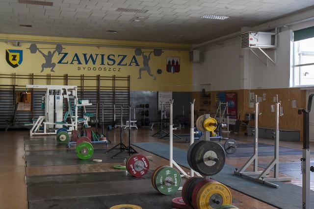 Zawisza Bydgoszcz to ogromny kompleks sportowy, którym zarządza Bydgoskie Centrum Sportu. Dzięki uprzejmości BCS zajrzeliśmy do miejsc, do których nie mają wstępu kibice lub rzadko się w nich pojawiają. Na kolejnych stronach Zawisza od kuchni>>>