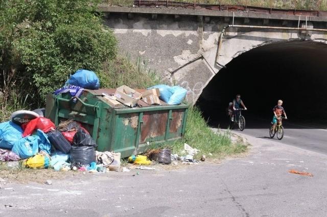 Jeden problem to dziury na ulicy Składowej, inny to walające się śmieci przed wiaduktem.
