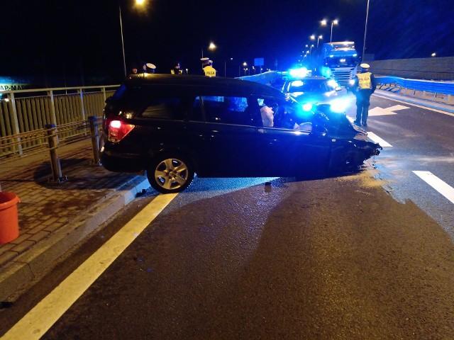 Opel astra kombi uderzył w barierki na Kleeberga w Białymstoku. Zdjęcie pochodzi z fanpejdża Kolizyjne Podlasie