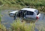 Wypadek w Skalmierzycach: Samochód w wodzie [ZDJĘCIA]
