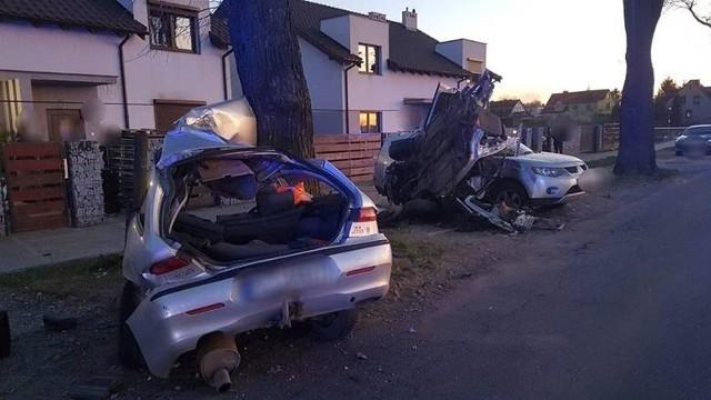 Do wypadku doszło 19 kwietnia 2020 r. Rozpędzony samochód, prowadzony przez 35-letniego wówczas Sebastiana W. wbił się w drzewo. Siła uderzenia była tak duża, że auto rozerwało się na pół. W wypadku zginęły dwie osoby, kierowca uciekł z miejsca zdarzenia.