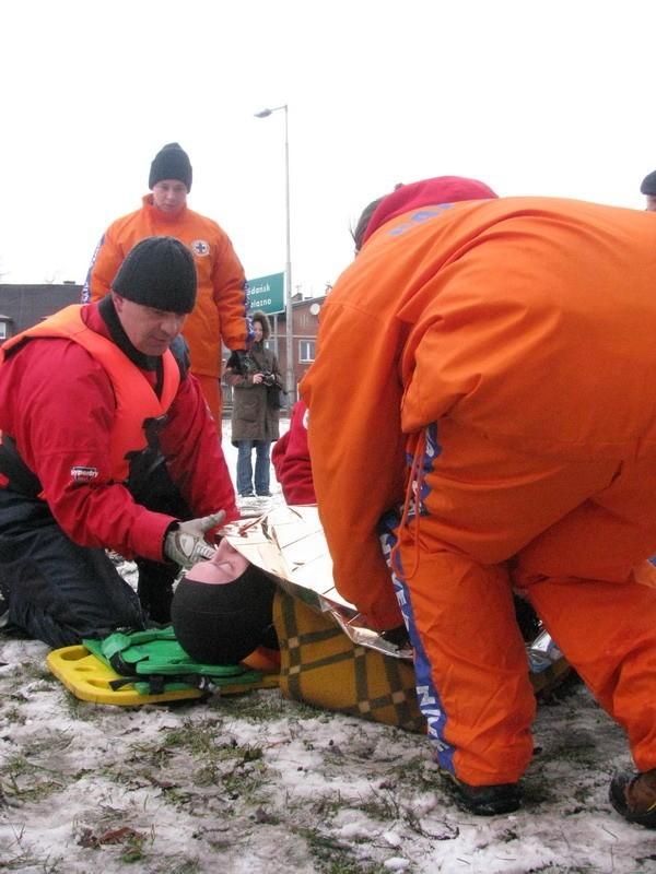 Pod czlowiekiem zalamal sie lód - pokazy ratownictwa w...