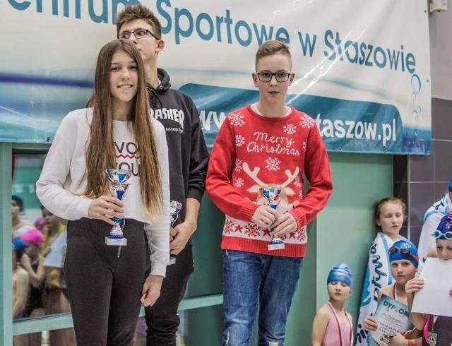 """Wyróżnienia za największe osiągnięcia dla klubu ,,Delfin Połaniec"""" w 2017 roku otrzymali, od lewej: Natalia Kutz, Łukasz Kutz, Jan Nowak."""