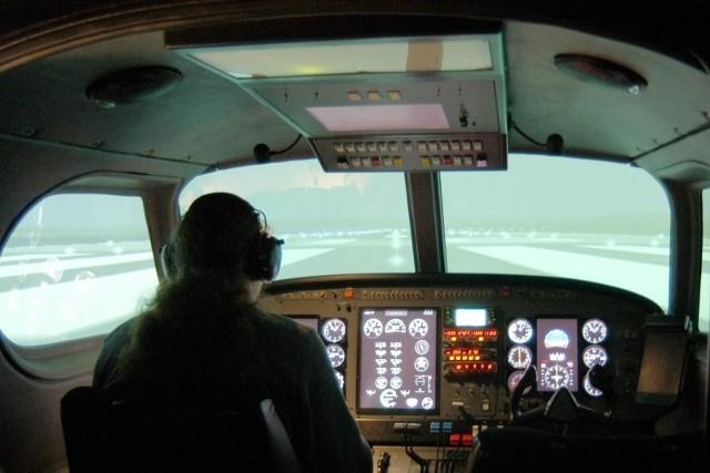Politechnika jako jedyna uczelnia w kraju kształci polotów cywilnych. Na zdjęciu: studenci ćwiczą na symulatorze lotów.