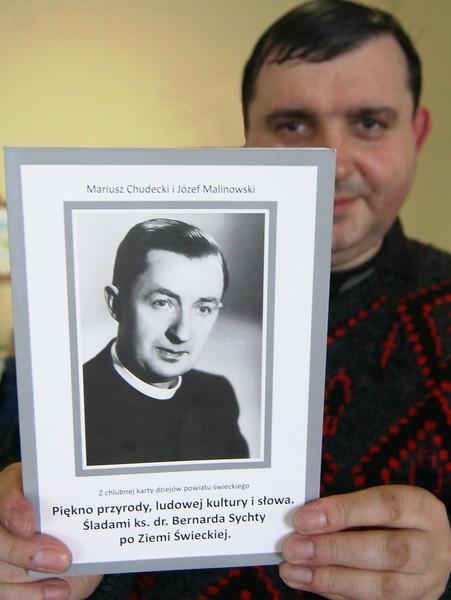 Mariusz Chudecki prezentuje przewodnik, którego można kupić m.in. w kioskach w Tleniu i Osiu