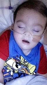 Alfie Evans nie żyje. Ojciec chłopca dziękuje Polakom. 2-latek zmarł 28 kwietnia. - Mój wojownik złożył tarczę - napisał na Facebooku Thomas