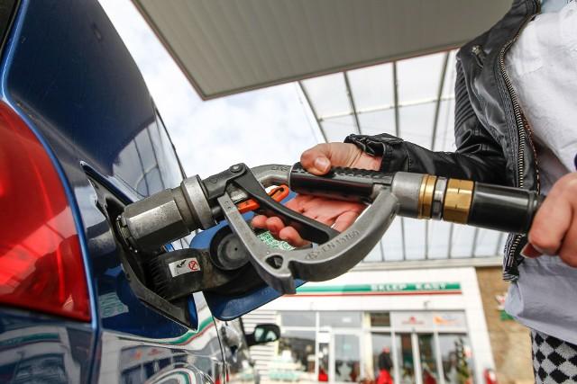 Aktualne ceny paliw w regionie (notowanie z 17.03). Podane ceny to kolejno: benzyna Pb95, diesel i gaz LPGRZESZÓWAuchan, Krasne4,98 zł4,95 zł2,43 złLeclerc, al. Rejtana4,99 zł4,99 zł2,44 zł