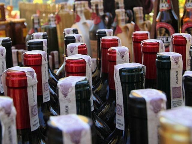 Dwie osoby ukradły 21 butelek alkoholu z jednego z winobraniowych stoisk.