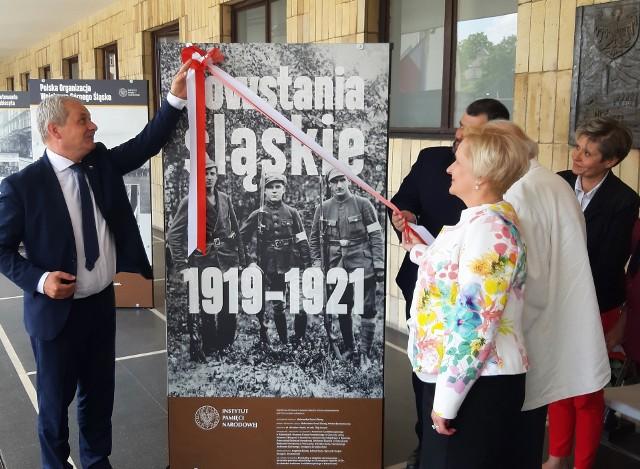 Otwarcie wystawy o powstaniach śląskich przed OUW.