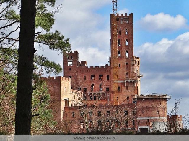 Na skraju Puszczy Noteckiej, w niewielkiej wsi Stobnica (powiat obornicki) biznesmeni z Poznania budują sobie zamek, który dziś jest już praktycznie na ukończeniu.