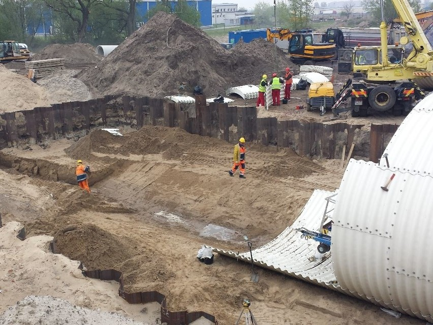 Robotnicy z firmy Skanska zmontowali już konstrukcję przepustu pieszo-rowerowego w okolicach ul. Wschodniej