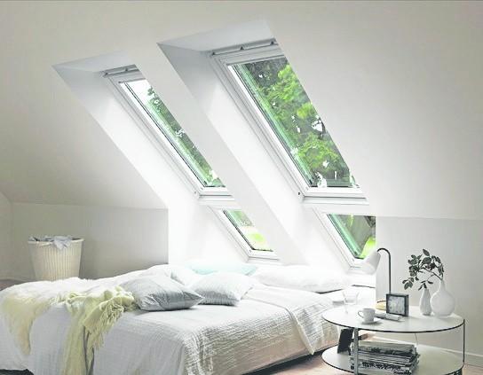 Przy wyborze okien dachowych najlepiej kierować się ich funkcjonalnością. Jeśli nie zamierzamy ich zbyt często otwierać, a są wysoko, sterowanie elektryczne jest niekonieczne.