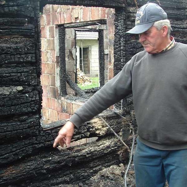 Józef Sarama (mieszka w sąsiednim domu) pokazuje, w którym miejscu stało łóżko zmarłego sąsiada