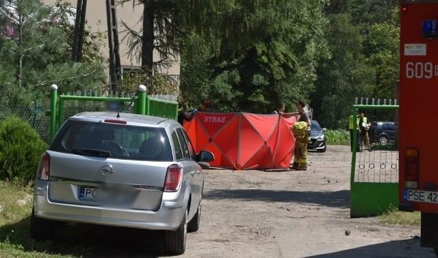 W miejscowości Chrząstowo niedaleko Śremu doszło do tragicznego wypadku, w którym zginął dwuletni chłopiec. Został potrącony, gdy kierowcy przestawiali swoje samochody, chcąc zrobić miejsce dla śmigłowca LPR wezwano w zupełnie innej sprawie. Zobacz więcej zdjęć ---->