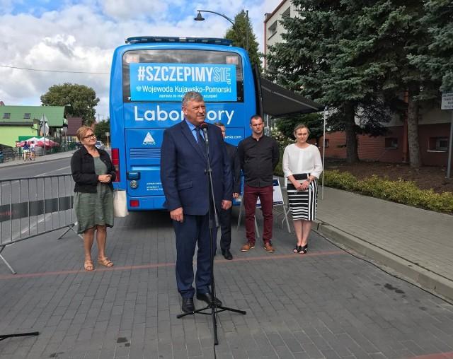 Przed Urzędem Gminy Cekcyn odbyła się konferencja prasowa inaugurująca trasę szczepionkobusa po powiecie tucholskim