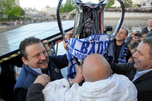 A było tak pięknie... Radosław Osuch i prezydent Rafał Bruski prezentują Puchar Polski wywalczony przez Zawiszę