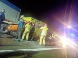 Potworny wypadek w Dąbrowie Górniczej na S1. Auta wbiły się pod TIRa. Strażacy musieli wycinać kierowców