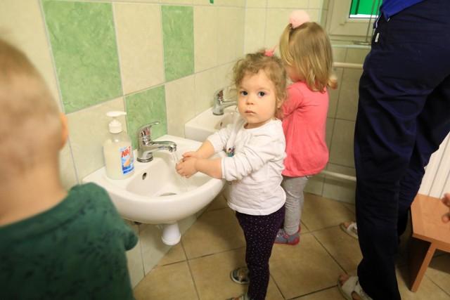 Tego lata nie będzie można zapisać dziecka do zastępczej placówki, gdy jego żłobek bądź przedszkole będą zamknięte ze względu na przerwę urlopową. Przepisy sanitarne związane z pandemią koronawirusa zabraniają mieszania dzieci z różnych placówek. Podczas wakacyjnej przerwy rodzice będą musieli zapewnić opiekę dzieciom we własnym zakresie. SZCZEGÓŁY NA KOLEJNYCH STRONACH >>>Sprawdź: Gwara młodzieżowa lat 70. i 80. Znasz te zwroty i słowa?
