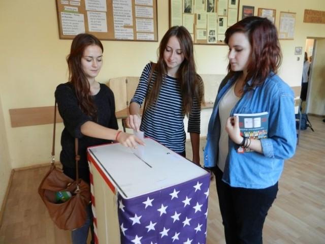Dominika Madziejczyk (pierwsza z lewej), Weronika Miklas i Karolina Berbeć wrzucają swój głos do urny