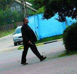 Ksiądz Roman w drodze na plebanię w Długosiodle, gdzie skutecznie skrył się przed pytaniami