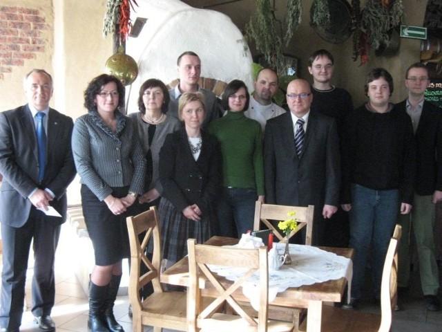 Wczoraj uczestnicy projektu spotkali się ze starostą i pracodawcami w jednej z miejscowych restauracji, by opowiedzieć o tym, czego się nauczyli