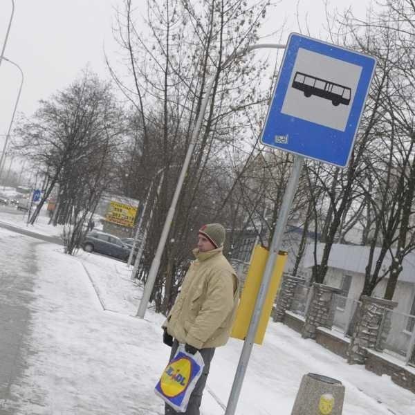 """- Wiata jest tu bardzo potrzebna - mówił pan Marcin, czekając na autobus na przystanku """"Ozimska-Plebiscytowa""""."""