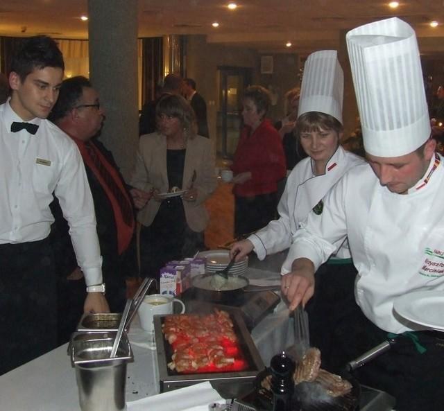 Dla gości wykwintne dania z rusztu serwowali kucharze ubrani w eleganckie uniformy