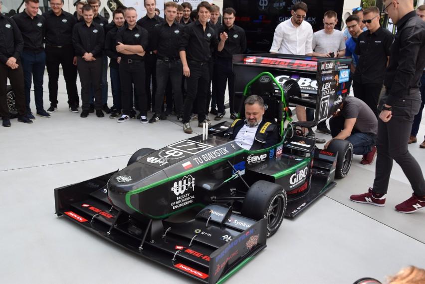 Nowy bolid studentów Politechniki Białostockiej zaprezentowany. Będzie jeździł po torach Formuły 1 (zdjęcia)