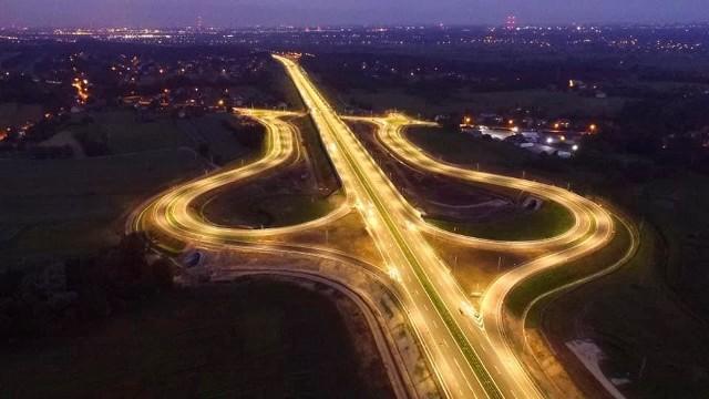 Tak prezentuje się Węzeł Niepołomice nocą. Kierowcy pojadą nowym zjazdem z A4 już 22 czerwca