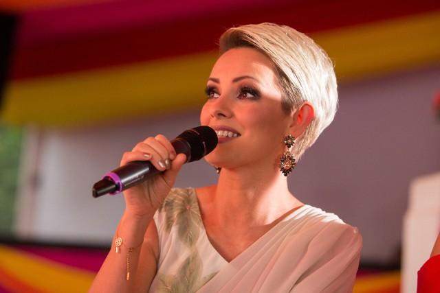 """Dorota Gardias to znana prezenterka i dziennikarka telewizyjna. Karierę rozpoczynała jako modelka. Na swoim koncie ma wiele tytułów miss. W 1999 roku startowała w konkursie Miss Polonia. W późniejszych latach poświęciła się pracy jako dziennikarka telewizyjna. Sympatię szerszej publiczności zdobyła w 2009 roku, kiedy to wygrała dziewiątą edycję programu """"Taniec z gwiazdami"""". Ostatnio w swoim życiu przechodzi trudne chwile, oprócz problemów zdrowotnych, usłyszała zarzuty. Do sprawy już się odniosła. Jak mieszka Dorota Gardias? Jej wnętrza urządzone są z klasą. Zobaczcie zdjęcia! >>>>>"""