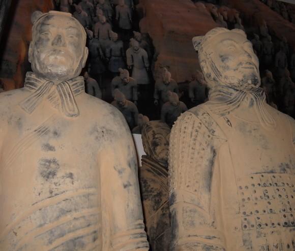 Do wyrobu tych posągów zatrudnionow Chinach wybitnych artystów tamtych czasów oraz rzemieślników pracujących w glinie.
