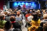Koncert w Oliwskim Ratuszu Kultury poświęcony pamięci Pawła Adamowicza. Śpiewali i recytowali, by uczcić tragicznie zmarłego prezydenta