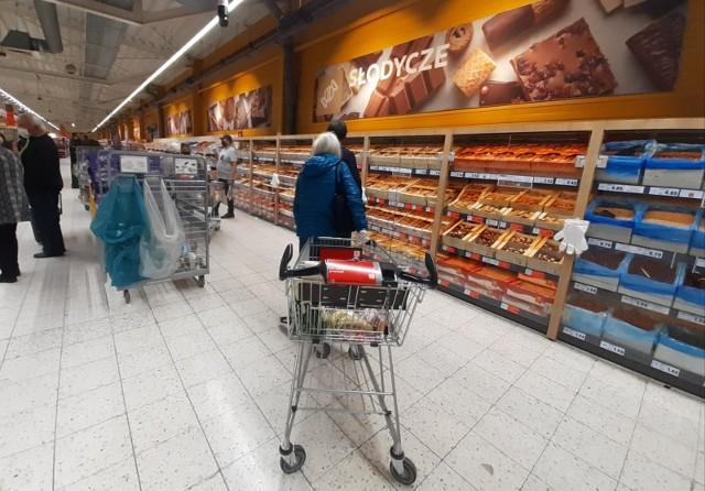 w okresie obowiązywania godzin dla seniorów obroty sklepów w godz. 10.00-12.00 były średnio o 32 proc. niższe niż godzinę później kiedy zakupy mogli robić już wszyscy klienci.