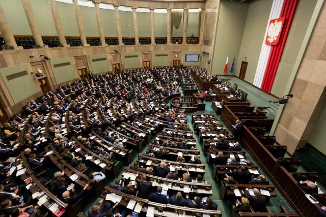 Sondaż: Niewielki spadek poparcia dla PiS. PSL poza Sejmem