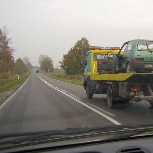 Jeden ze zniszczonych samochodów na lawecie