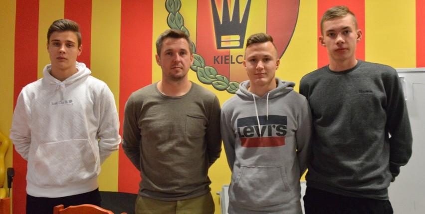 Od lewej Jakub Rybus, trener Paweł Czaja, Karol Turek i Igor Kośmicki z Korony Kielce w Centralnej Lidze juniorów do 18 lat.