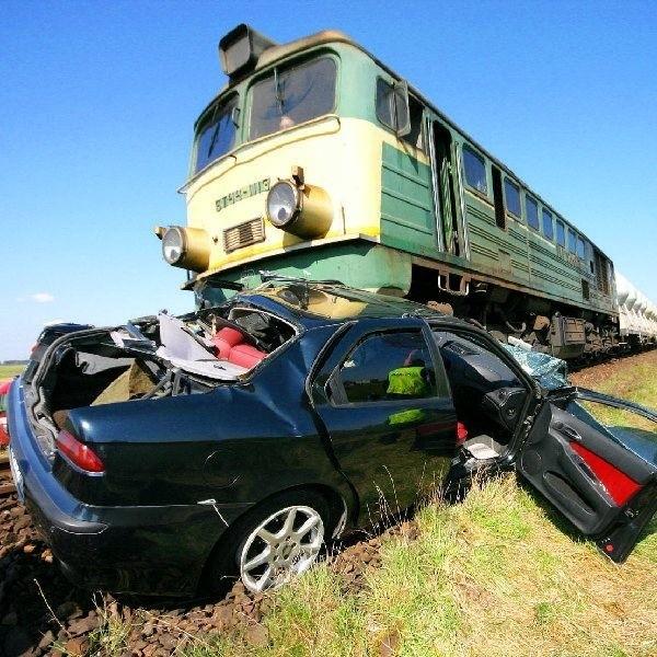 W Łęgu kobieta wjechała alfą pod pociąg