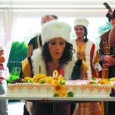 Ogromny tort na przyjęciu u mistrza? Oczywiście, że nie mogło go zabraknąć. Świeczki gasi gospodyni - Joanna Kaczyńska.