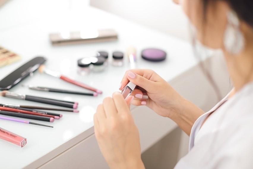 Wiele kosmetyków latem lepiej przechowywać w chłodnych...