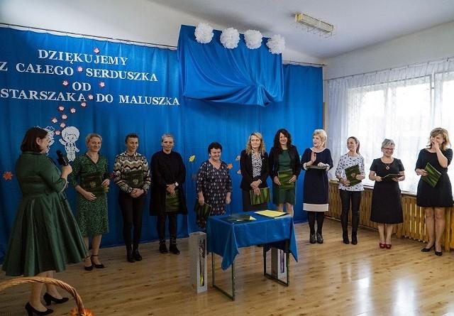 Dyrektorzy oraz nauczyciele wyróżniający się pracą i zaangażowaniem zostali nagrodzeni przez burmistrza Dariusza Gwiazdę oraz Monikę Kozłowską, Naczelnik Wydziału Edukacji.