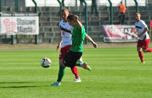 Damian Łanucha (zielono-czarny strój) za moment pośle piłkę do bramki GKS-u Tychy.