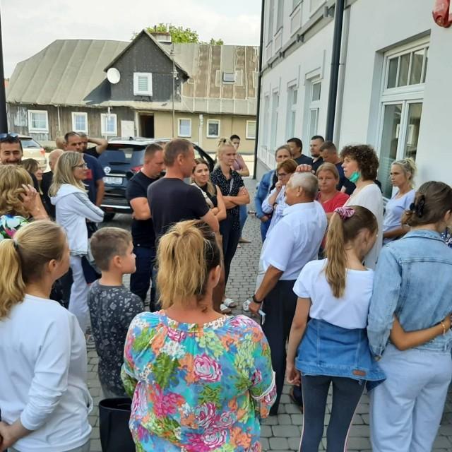 Rodzice dzieci oraz członkowie stowarzyszenia Niepublicznej Szkoły Podstawowej w Kozietułach protestowali przed budynkiem Urzędu Miasta i Gminy w Mogielnicy.