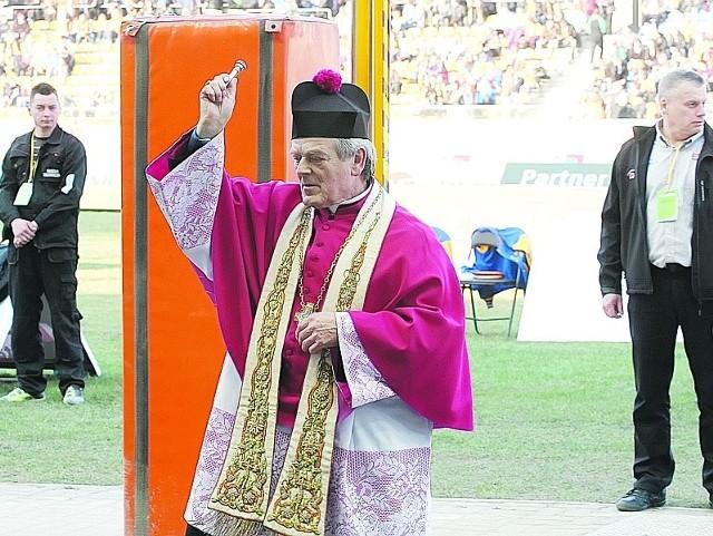 Ksiądz Andrzej Szkudlarek jest proboszczem parafii przy ul. Gwiaździstej w Gorzowie. Dzieciństwo i młodość spędził w Zielonej Górze, od 35 lat mieszka w Gorzowie. Ćwierć wieku temu został oficjalnie kapelanem żużlowców Stali.