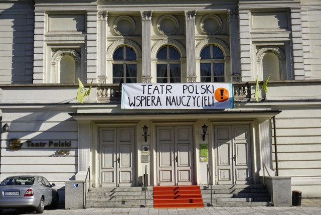 """– Zawiesiliśmy ten baner, ponieważ solidaryzujemy się z nauczycielami, jednak na tym nie kończą się nasze działania. W poniedziałek 8 kwietnia w Teatrze Polskim będzie można wziąć udział w """"Lekcjach w Polskim"""", wyjątkowych zajęciach z wyjątkowymi ludźmi – zapowiada Katarzyna Kamińska, rzeczniczka prasowa poznańskiego teatru."""