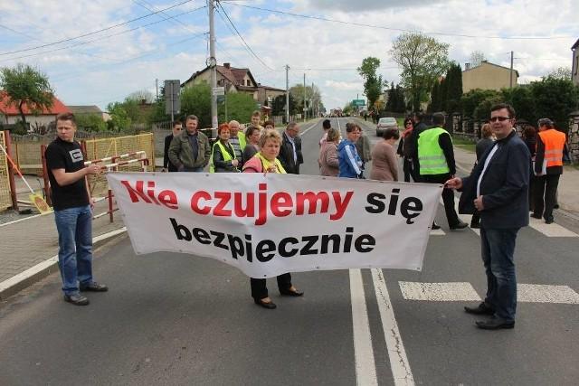 Mieszkańcy Mierzęcic protestują przeciwko zbyt dużemu obciążeniu DK 78 ruchem ciężkich samochodów