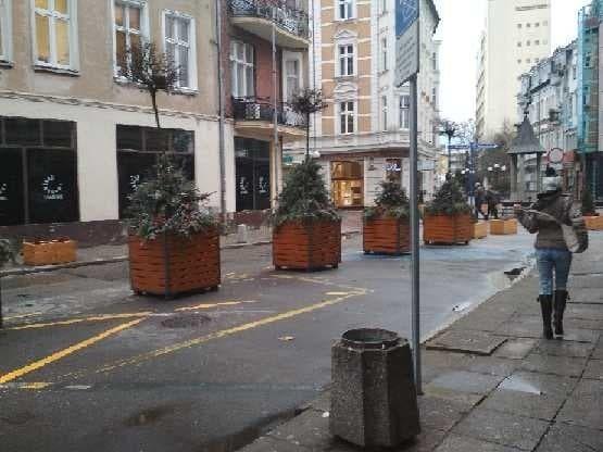Na ul. Hawelańskiej, w miejscu dawnych miejsc parkingowych pojawiły się wielkie drewniane donice z nasadzeniami. Donice z drzewami stały na ul. Chrobrego, a teraz są na ul. Hawelańskiej. Mieszkańcy dziwią się, co tam robią i krytykują ten pomysł. Pojawiają się też głosy, że te donice stwarzają niebezpieczeństwo na drodze. Ale czy na pewno?Nasadzenia w drewnianych donicach pojawiły się na miejscach parkingowych na ul. Hawelańskiej, na których obecnie parkować nie można... Pomimo zakazu, akcji straży miejskiej z zakładaniem blokad na koła samochodów, niektórzy mieszkańcy wciąż pozostawiali na tej ulicy (w miejscach wyłączonych ze strefy parkowania) swoje samochody. Teraz tam, gdzie auta nie można zostawić stoi wielka donica.Jak oceniacie ten pomysł?WIDEO: Z deptaku na ulicy Chrobrego wyjechał samochodem pod prąd. A tuż za nim radiowóz - z muzyką