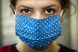 Nowe, nietypowe objawy koronawirusa: Niska temperatura ciała i ból oczu. Jak może jeszcze objawiać się COVID-19? Lista rzadszych objawów